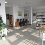 zdjęcie Wypożyczalni dla Dorosłych i Młodzieży nr 64 przy ul. Radzymińskiej 121; duże jasne pomieszczenie z regałami z książkami i trzy stanowiska komputerowe