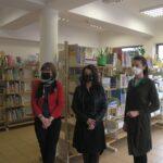 na zdjęciu trzy osoby w maseczkach - wiceprezydent Warszawy Aldona Machnowska-Góra oraz Katarzyna Górska-Manczenko i Joanna Mroczek (z projektu Targówek w Spódnicy); stoją w bibliotece, za nimi regały z książkami