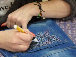 """""""Przerabiaj, nie wyrzucaj - malujemy buty, kurtki i dżinsy""""- warsztaty w Czytelni Naukowej"""