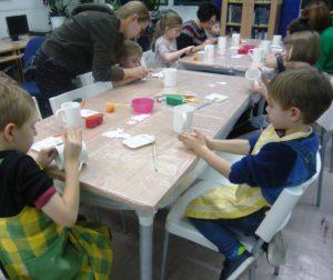 Świąteczne malowanie kubków w BD65