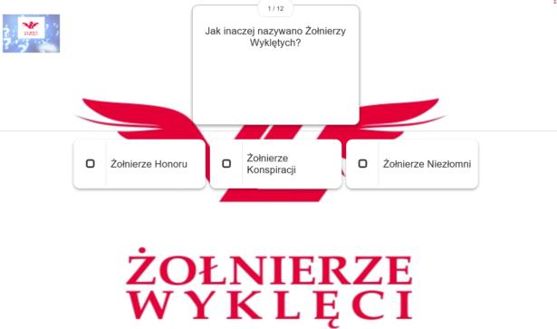 """Zołnierze wyklęci - quiz; pytania z 3 możliwościami wyboru; w tle symbol Żołnierzy wyklętych - czerwona litera """"Ż"""" z koroną u góry, skrzyżowana z czerwoną literą """"W"""" z czerwonymi skrzydłami u boków"""