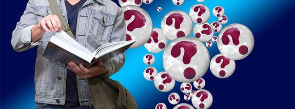 na zdjęciu mężczyzna trzyma książkę, wokół niego dużo kółek ze znakami zapytania