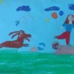 obraz przedstawia dziewczynkę na hulajnodze i biegnącego za nią psa