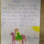 obraz przedstawia dziewczynkę w zielonej sukience, stojącą obok konia; nad nimi świeci słońce