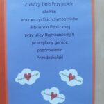 laurka; na niebieskim tle napisane pozdrowienia dla pań z biblioteki od Przedszkola Z Serduszkiem