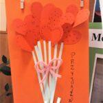 praca plastyczna przedstawia kwiaty, które na górze mają kwitnące serca