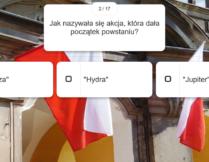 pytania i możliwości odpowiedzi; w tle zdjęcie przedstawiające wywieszone na zewnątrz budynku flagi Polski; treść: Jak nazywała sie akcja, która dała początek powstaniu? Burza? Hydra? Jupiter?