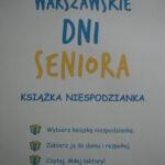treść plakatu: Warszawskie Dni Seniora; książka niespodzianka; wybierz książkę niespodziankę, zabierz ją do domu i rozpakuj, czytaj. Miłej lektury!