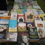 książki na stoisku biblioteki