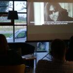 spotkanie autorskie; uczestnicy oglądają wyświetlany przez projektor film dokumentalny pt. Babcia