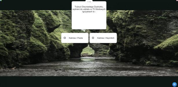 """jedno z pytań quizu na podstawie utworu Suzanne Collins pt. """"W pierścieniu ognia""""; Trybuci 12 Dystryktu, wybrani do udziału w 75 Głodowych Igrzyskach, to: a) Katniss i Peeta, b) Katniss i Haymitch; w tle zdjęcie przedstawiające tajemniczą przyrodę; wodę i otaczające ją ściany zieleni; na dalszym planie skały tworzą duże okno"""