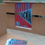 plakat Nocy bibliotek z hasłem Czytanie wzmacnia i okolicznściowe zakładki do książek