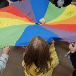 dzieci bawią się chustą Klanzy