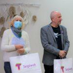 Anna Caban i Kazimierz Nowacki - laureaci bitwy na słowa - trzymają torby z nagrodami