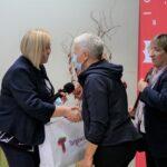 burmistrz Dorota Kozielska i dyrektor Danuta Jankowska gratulują zwyciężczyni bitwy na słowa