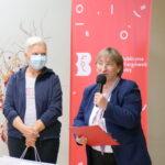 dyrektor Biblioteki Danuta Jankowska gratuluje zwyciężczyni bitwy na słowa - Monice Oliszewskiej