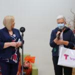 zwyciężczyni bitwy na słowa odbiera nagrodę z rąk burmistrz Doroty Kozielskiej