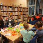 dzieci tworzą z balonów figurki piesków i innych zwierząt