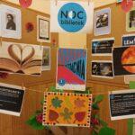 wystawa w holu biblioteki dotycząca Nocy Bibliotek