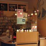 biblioteka ozdobiona światełkami, w półmroku