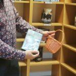 bibliotekarka prezentuje film i trzyma koszyk, który był tematyczną podpowiedzią dotyczącą tego filmu