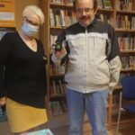 pani kierownik MW 123 i czytelnik pokazujący breloczek - czterolistną koniczynkę