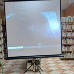 projekcja filmu w bibliotece na ekranie