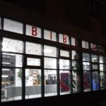 biblioteka z zewnątrz - nocą