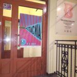 drzwi wejściowe do Wypożyczalni dla Dorosłych i Młodzieży nr 85, ozdobione plakatem Nocy Bibliotek