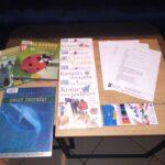 książki z ciekawostkami o zwierzętach, leżące na stoliku