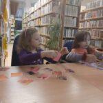 zdjęcie przedstawia dzieci układające zdjęcie z puzzli