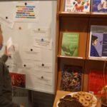 talerz z poczęstunkiem i jedno z zadań dla dzieci do rozwiązania na tablicy