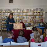 pisarka Agnieszka Kazała rozpoczyna spotkanie z dziećmi w bibliotece