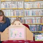 pisarka Agnieszka Kazała czyta bajkę w teatrzyku kamishibai