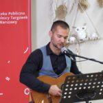 Piotr Prokaryn gra na gitarze i śpiewa