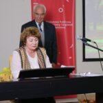 poetka grupy Akant gra na fortepianie